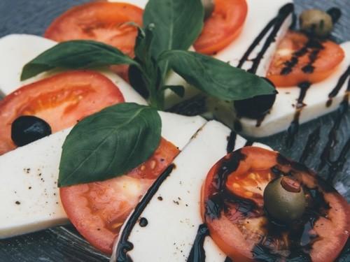 Tomate Mozzarella mit Balsamico Essig